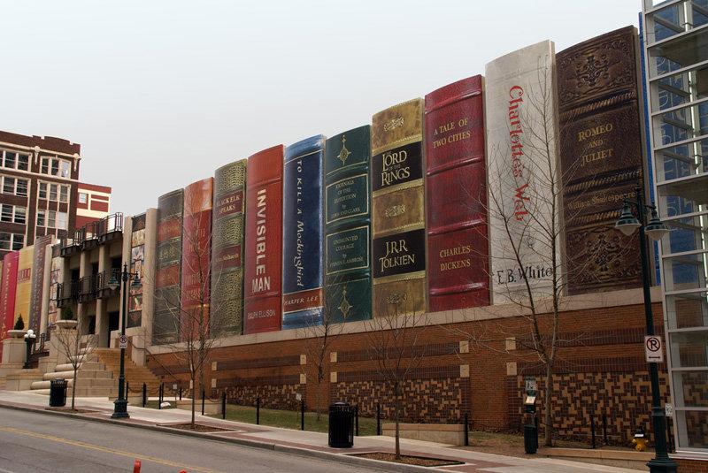 La bâtiment de la bibliothèque municipale de Kansas City (USA) est une des curiosités principales de la ville. Les habitants de la ville ont participé à la création du projet. En effet, on leur a demandé de choisir les livres les plus célèbres qui pour une raison ou une autre faisaient référence à Kansas City. La façade de la bibliothèque, une étagère de livre, est le résultat de cette entreprise. Parmi les nombreux titres, on trouve des livres sur l'histoire et la culture de la ville, mais aussi des classiques de la littérature mondiale: Shakespeare, Tolkien, Dickens, etc.
