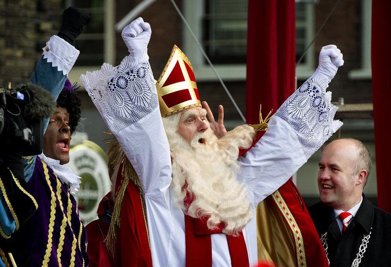 Le 13 novembre, Santa Claus ou Saint Nicolas est arrivé dans le royaume des Pays-Bas. L'Europe le célèbre le 5 décembre. Il est venu accompagné du célèbre Père Fouettard (à gauche).
