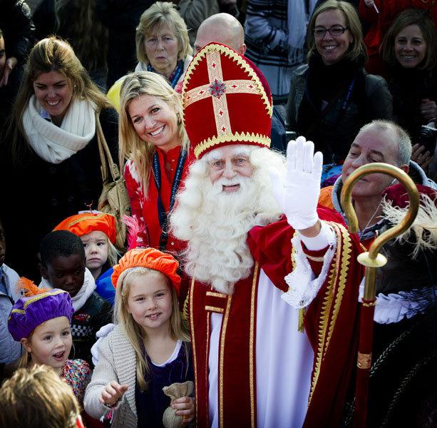 Saint Nicolas a rencontré les officiels du royaume: la princesse Maxime (derrière lui), l'épouse du successeur au trône et ses enfants, la princesse Alexia (6 ans), Ariane (4 ans) et Amélie (8 ans)