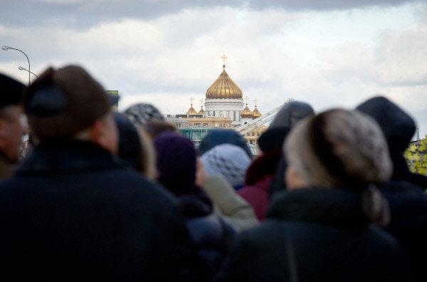 Des dizaines de milliers de croyants russes se pressent chaque jour devant la cathédrale du Christ-Sauveur à Moscou pour rendre hommage à une des reliques majeures de l'orthodoxie, la ceinture de la Sainte Vierge. Il faut faire la queue en moyenne quinze heures pour entrer dans la cathédrale. Les personnes désireuses d'entrer dans la cathédrale sont toujours aussi nombreuses, des autobus remplis de pèlerins arrivent continuellement. Le 22 novembre, 20.000 personnes ont fait la queue pour voir la relique.
