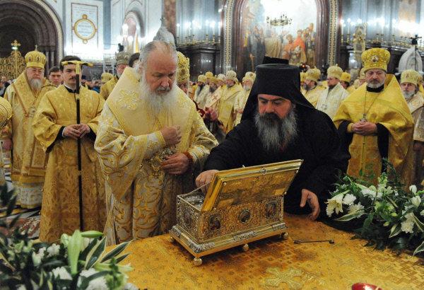 En photo: Le patriarche de Moscou et de toutes les Russies Cyrille (au centre à gauche) au dessus du reliquaire contenant la ceinture de la Vierge dans la cathédrale du Christ Sauveur
