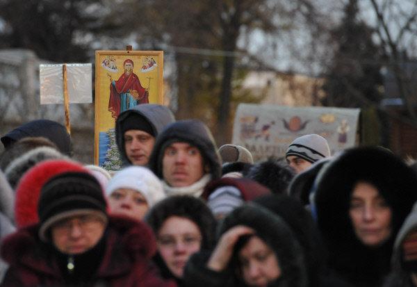 En Photo: Croyants faisant la queue pour aller se recueillir auprès de la ceinture de la Sainte Vierge
