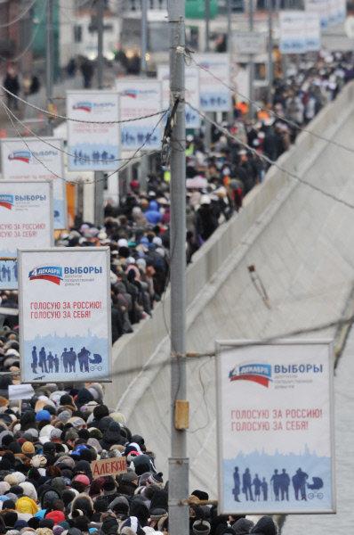La queue s'étend dorénavant jusqu'au Mont des Moineaux. On conseille au pèlerins de sortir à la station de métro Sportivnaya
