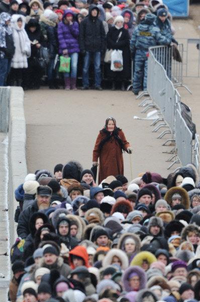 Dans les jours précédents, la queue s'allongeait jusqu'au pont Krimski, on conseillait alors au pèlerins de sortir à la station Park Kulturi. Par la suite, elle a filé jusqu'au métro Frunzenskaya.