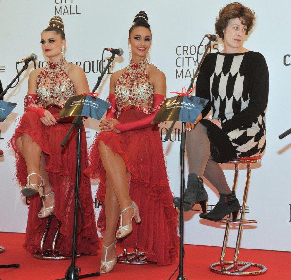 Selon l'attachée de presse du Moulin Rouge, Fanny Rabasse, une troupe de 35 personnes est venue à Moscou. Les artistes sont arrivés avec les costumes historiques, avec lesquels on présentera au public russe les meilleurs moments du cabaret. En photo: les solistes du cabaret Olga khokhlova (à gauche)et Dana Matthews (au centre) et le chorégraphe Janet Pharao (à droite).