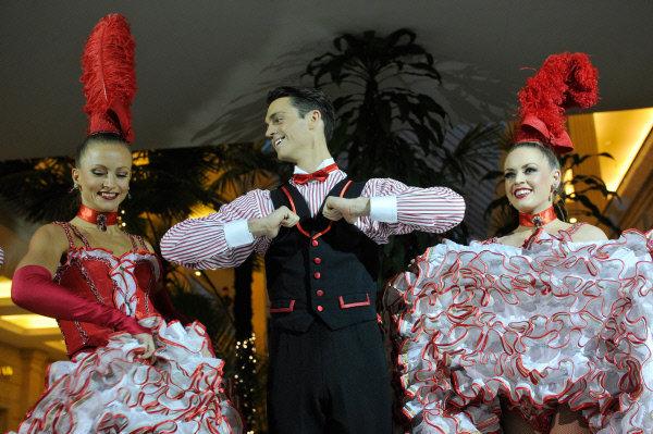 Dans la première partie du spectacle, les spectateurs ont pu entendre un solo de l'invité spéciale, la chanteuse française Kelly Joyces. En photo: Les danseurs de la troupe Moulin Rouge