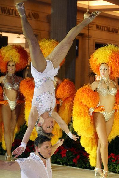 Dans la seconde partie de la performance du cabaret parisien, le public peut voir le complexe numéro d'acrobatie le duo Stikan, interprêté par un des plus grands acrobates au monde, Anatole Stikan, accompagné de sa femme.