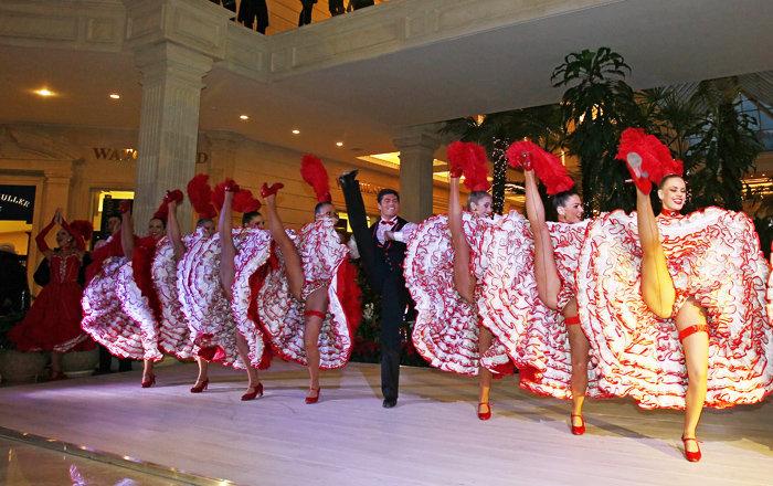 Le numéro clé du programme de Moulin Rouge à Moscou, ce sera sans doute le cancan, incontournable pour le cabaret français.
