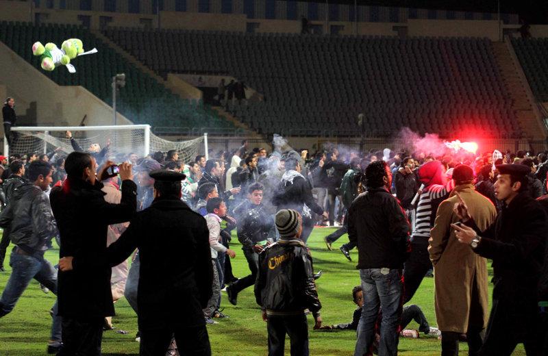 Les supporteurs d'Al-Masry ont envahi le terrain quand l'arbitre a sifflé la fin du match.