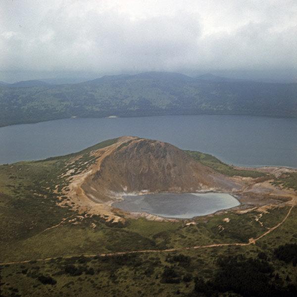 La partie sud de Kounachir atteint 15 366 hectares. La caldera du volcan Golovine avec deux lacs minéraux au fond est située au centre. Sur la photo: deux lacs Chaud et Bouillant