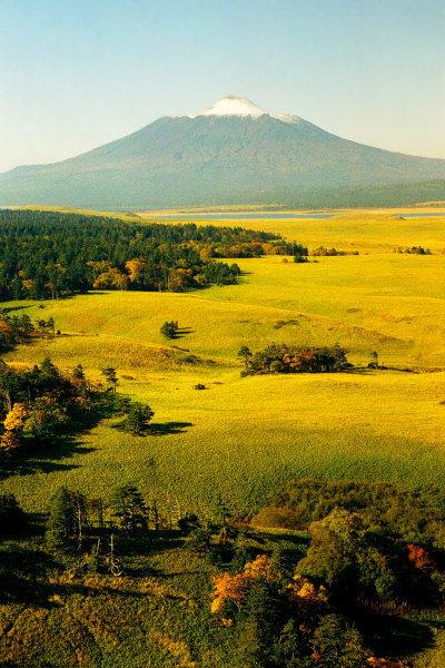 La partie nord de Kounachir couvre 49 899 hectares. Deux volcans actifs s'élèvent au-dessus de ce territoire, Ruruï (1 485 m) et Tiatia (sur la photo) 1 819 m.
