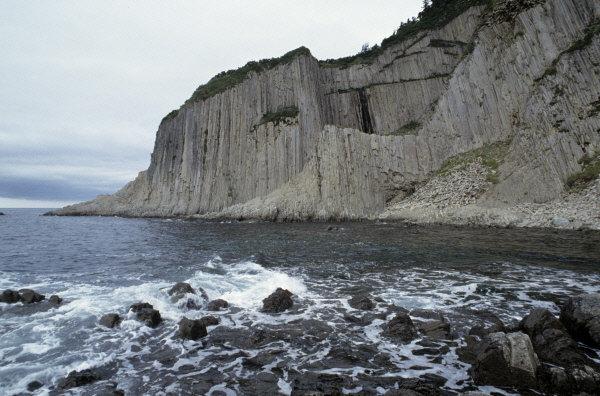 Le relief de la réserve est très varié. Sur la photo: le cap Stolbtchatij sur l'île de Kounachir