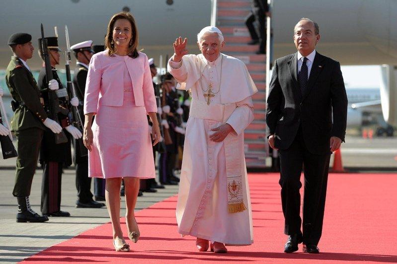 Le chef de l'Eglise catholique est arrivé à l'aéroport de Silao le 23 mars. Il y a été accueilli par président mexicain Felipe Calderon et son épouse.