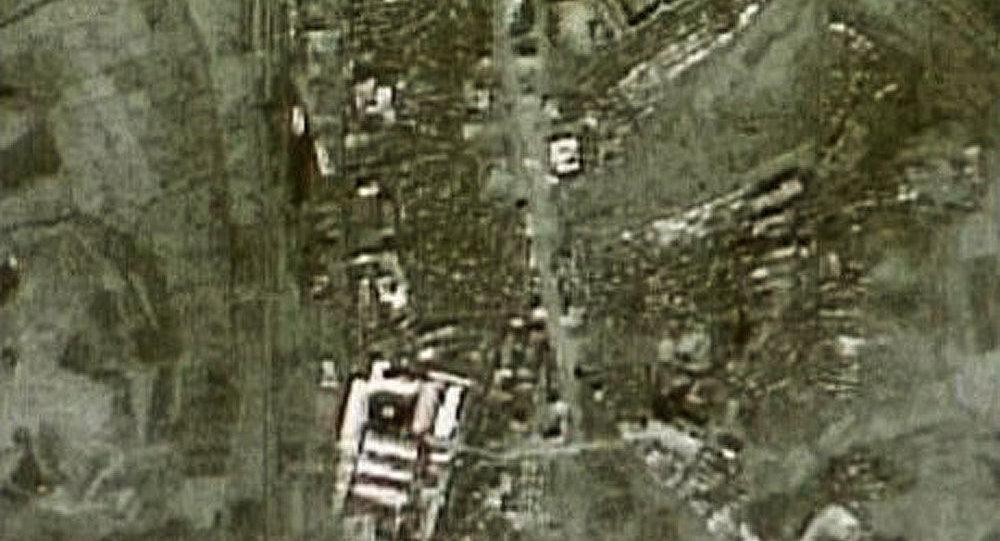 La fusée nord-coréenne installée sur le dispositif de lancement
