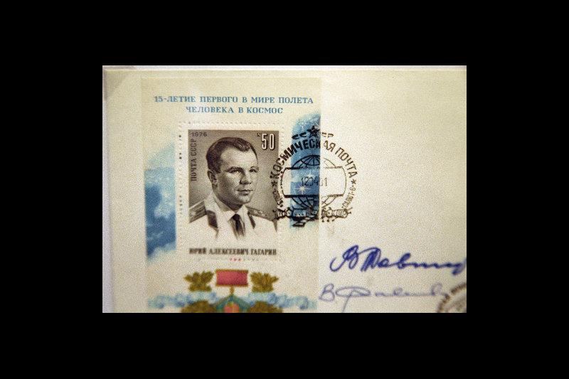 Le nom de Youri Gagarine, premier homme sur la Terre à avoir effectué le 12 avril 1961 un vol dans l'espace, est gravé dans les mémoires du monde entier notamment grâce aux objets d'usage courant. A l'époque actuelle, de multiples souvenirs, timbres, monnaies et cartes postales consacrés au cosmonaute soviétique sont toujours vendus en Russie et partout dans le monde.Sur la photo : un timbre avec Youri Gagarine.