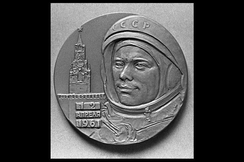Sur la photo : une médaille en l'honneur du premier homme dans l'espace.