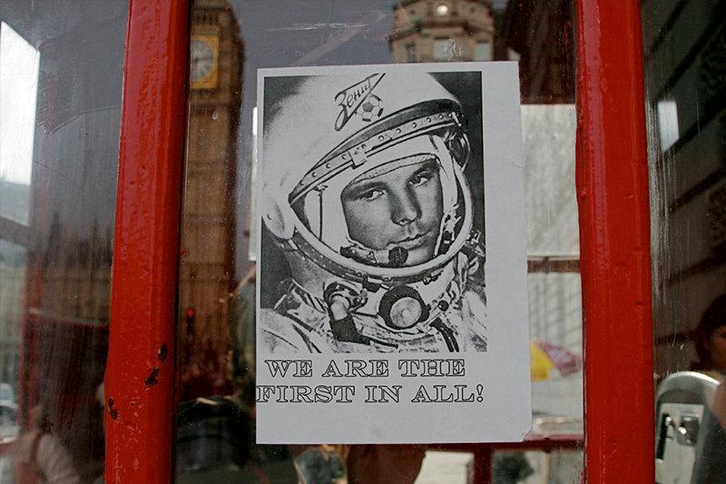 Une affiche avec le premier homme dans l'espace, Youri Gagarine à Londres.