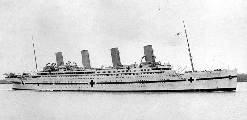Le Britannic, navire-jumeau du Titanic, appartenant également à la White Star Line, servait de navire médical pendant la Première Guerre mondiale. Le 21 novembre 1916, il heurta une mine marine en mer Égée et sombra en moins de 55 minutes entraînant la mort de 30 personnes. Parmi les survivants se trouvait Violet Jessop, hôtesse rescapée du Titanic. Elle effectuait sa première traversée comme infirmière à bord du navire-hôpital.