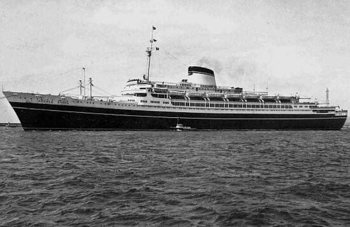Le 25 juillet 1956, le paquebot italien Andrea Doria est entré en collision avec le navire de la ligne américano-suédoise Stockholm et est coulé près de New York. L'opération de sauvetage a été la mieux organisée dans toute l'histoire des naufrages, la plupart des passagers et des membres de l'équipage ayant survécu suite à la collision.