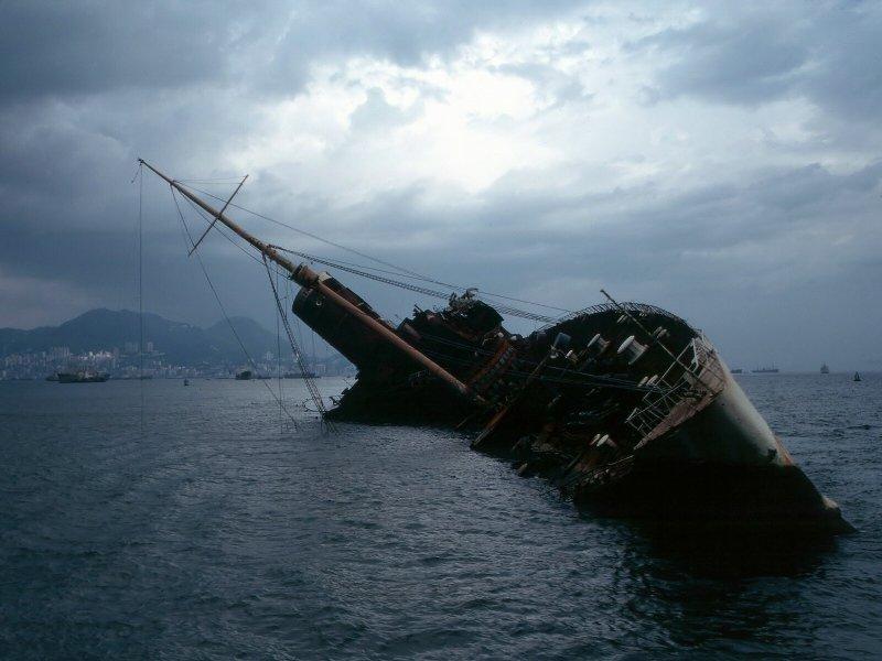 Le paquebot transatlantique britannique Queen Elizabeth, s'est échoué le 9 janvier 1972 suite à un incendie qui s'était déclaré à son bord. Le bateau a alors été abandonné dans la baie de Hong Kong. L'Homme au pistolet d'or (Guy Hamilton, 1974) de la série James Bond a été filmé sur le paquebot partiellement coulé.