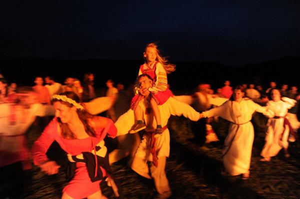 Chaque année une ancienne fête slave d'Ivan Koupala (comparable à la saint-Jean) est célébrée en Russie. Elle a des origines païennes et coïncide avec le solstice d'été. Les 23 et 24 juin les fervents de la culture slave font renaître les rites de nos ancêtres : mènent des rondes, chantent les chansons rituelles, préparent des plats traditionnels, sautent par-dessus les feux, lancent à l'eau les couronnes des herbes portées sur la tête pendant la journée.
