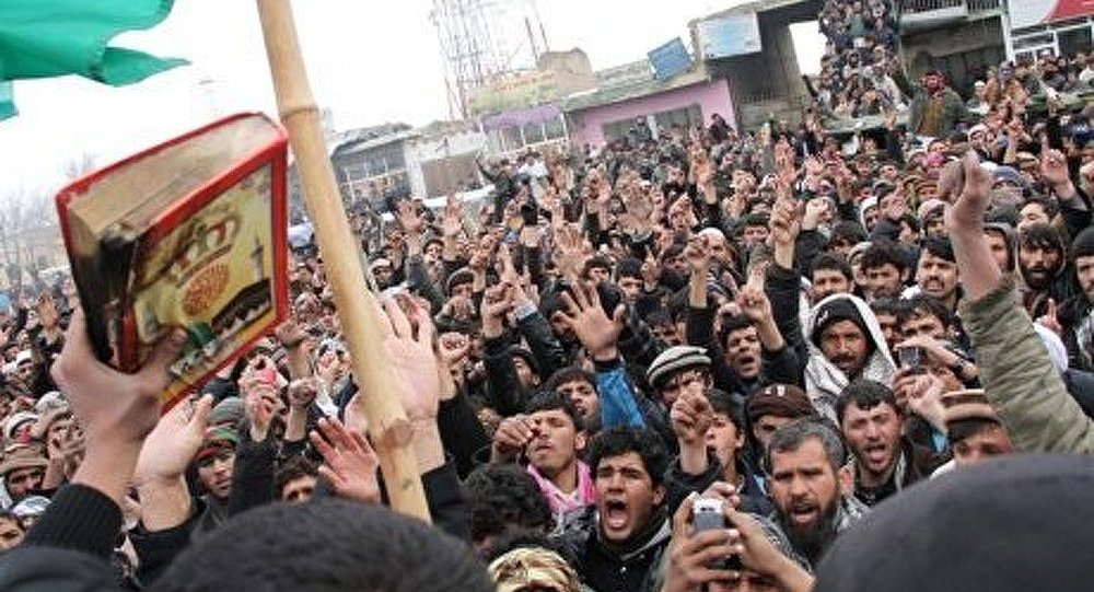 Pakistan : une foule brûle un homme soupçonné de blasphème