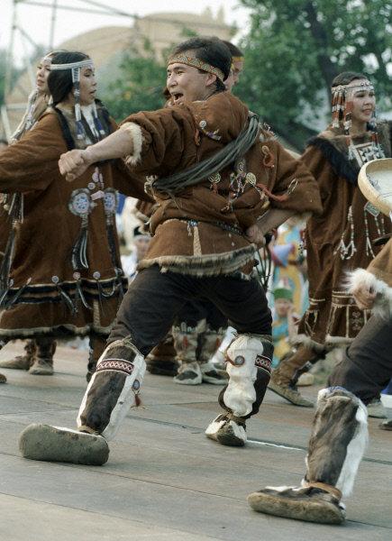 Depuis longtemps la Russie a hébergé des peuples avec des cultures, des réligions différantes. Dans la rubrique « Les peuples de la Russie » vous pouvez apprendre des peuples qui habitent notre Patrie vaste. Les Koriaks sont un peuple nomade du Kamtchatka qui habite dans le kraï du Kamtchatka, l'oblast de Magadan et le district autonome de Tchoukotka. Le nombre des Koriaks en Russie atteint 8,9 mille personnes. Sur la photo : une manifestation d'un ensemble de danse national koriak « Mengo ».