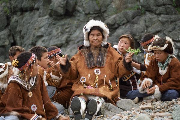 Les vêtements nationals des Koriaks sont composés d'une chemise en fourrure, de pantalons, d'une capeline et des chaussures.