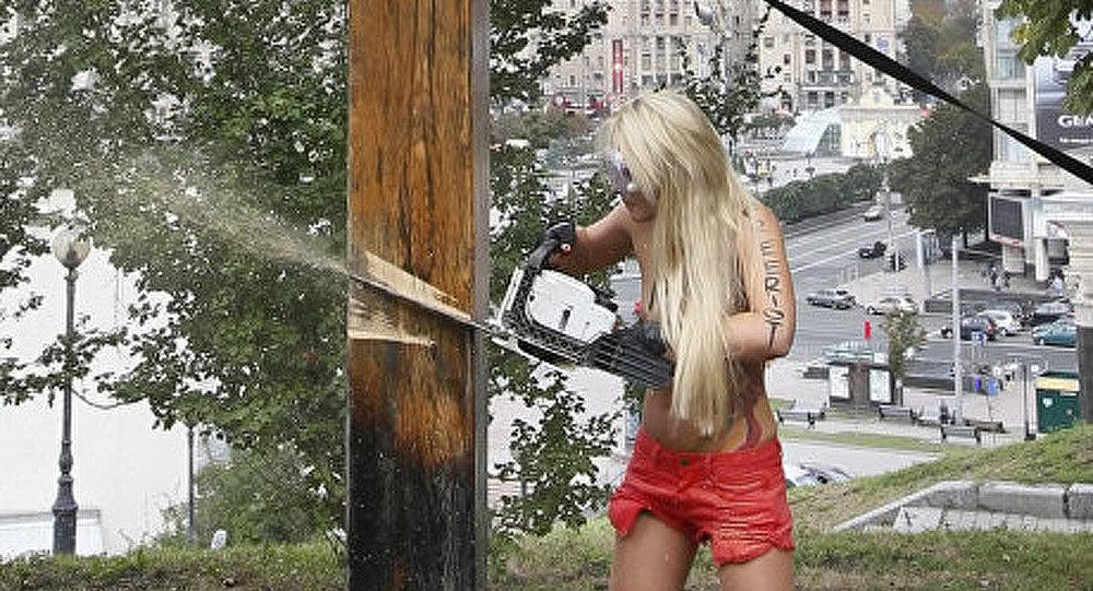 Les militants du FEMEN ont scié la croix catholique à Kiev