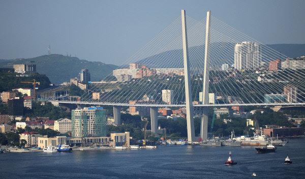 Vladivostok est située sur les collines pittoresques des rives de la baie de la Corne d'Or, un excellent endroit pour l'ancrage des bateaux, le commerce portuaire et la pêche, et les chantiers navals. Sur la photo: le pont à travers la baie de la Corne d'Or à Vladivostok.