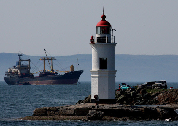 La ville est intimement liée avec la mer et la marine. Vladivostok vit littéralement de la mer et de tout ce qui y est associé.