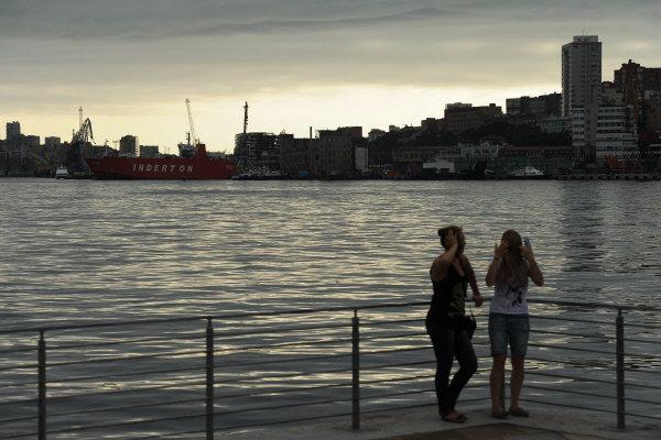 En 2010, Vladivostok a célébré le 150e anniversaire de sa fondation. Sa superficie actuelle représente plus de 625 kilomètres carrés et sa population - 615.000 habitants.