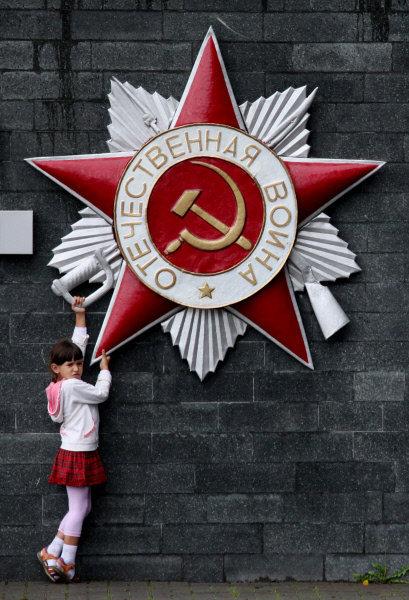Le 4 novembre 2010, Vladivostok a reçu le titre honorifique de «Ville de la gloire militaire ». Sur la photo: une fillette près du mémorial à la « Gloire de la Flotte du Pacifique » à Vladivostok.