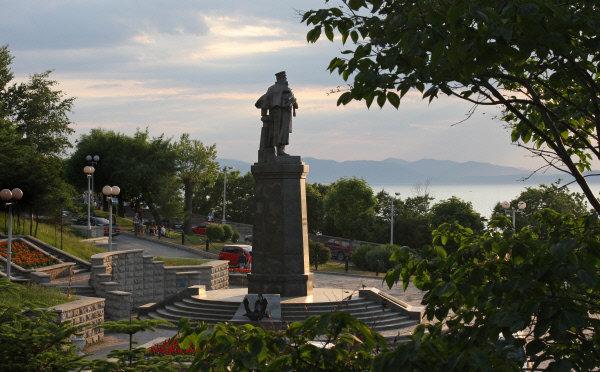 Sur la photo: le monument à l'amiral Stepan Makarov.