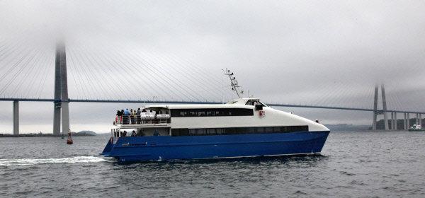Sur la photo : le catamaran « Saint-Pétersbourg », conçu spécialement pour le transport des visiteurs du forum sur l'île Rousski, ainsi que pour des croisières.