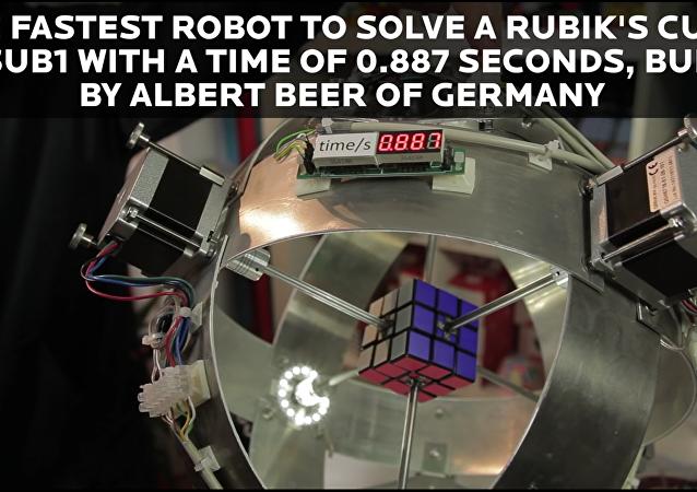 La chaîne officielle du Livre Guinness des records sur Youtube, a publié une vidéo du nouveau record pour l'assemblage de Rubik's Cube.