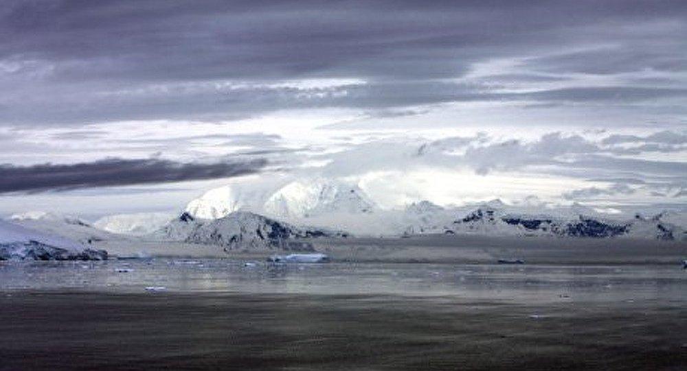 Recherche des pilotes d'un avion qui s'est écrasé en Antarctique
