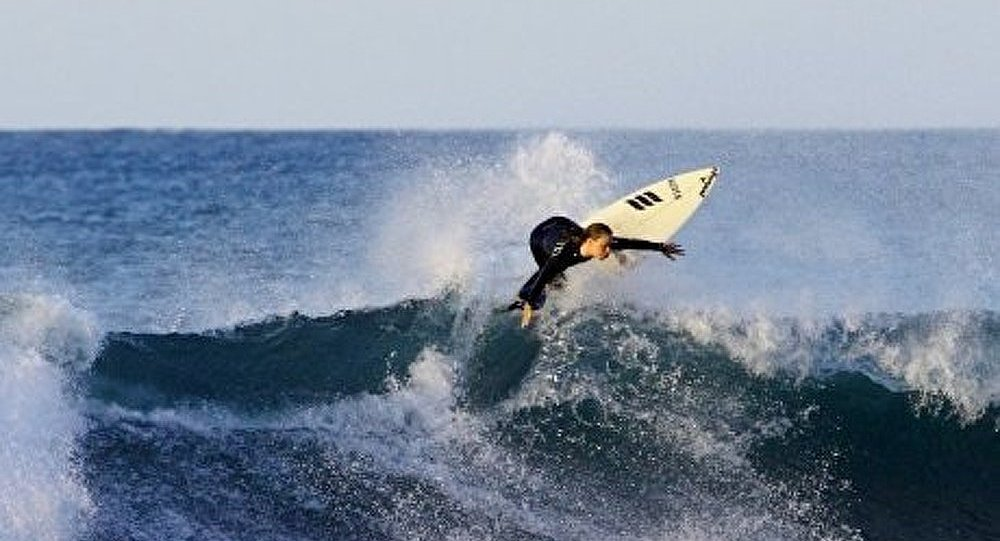 Un surfeur d'Hawaï maîtrise une vague de 30 mètres de haut