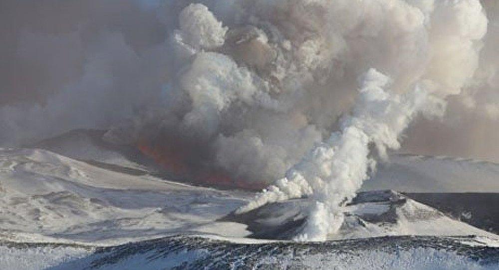Kamtchatka : le volcan Ploski Tolbatchik éjecte des gerbes de lave