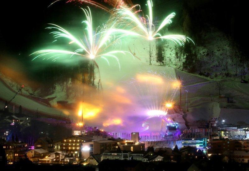 La station de ski autrichienne de Schaldming a de nouveau accueilli plus de 450 sportifs de 70 pays du monde entier. En effet, c'est là qu'ont lieu les Championnats du monde de ski alpin. Tous ont pu profiter de la cérémonie d'ouverture de ces Championnats : un spectacle imposant et frappant sur les pentes des pistes de ski suivi d'une salve de feux d'artifice.