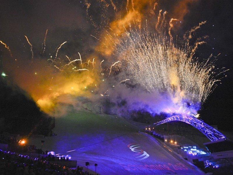 Cette cérémonie d'ouverture a duré 70 minutes. Les spectateurs ont su profiter d'un mélange de musique et de brefs discours.Ci-contre : les feux d'artifice de la cérémonie d'ouverture des Championnats du monde du ski alpin de Schladming.