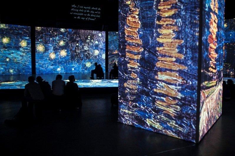 Les toiles sont projetées sur les écrans, les murs, les colonnes, le plafond et même le plancher, ce qui donne au visiteur une impression d'immersion dans l'oeuvre de l'artiste.