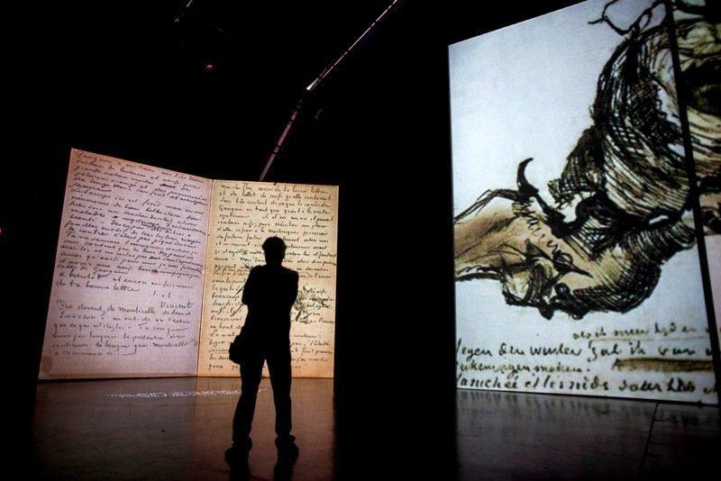 Dans le cadre de l'exposition les spectateurs peuvent aussi regarder des photos et des vidéos retraçant le travail de l'artiste.