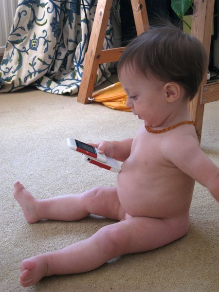 Au XXIème siècle le téléphone cellulaire a cessé d'être un produit de luxe. Les personnes de tous âges savent se servir de ce gadget moderne.