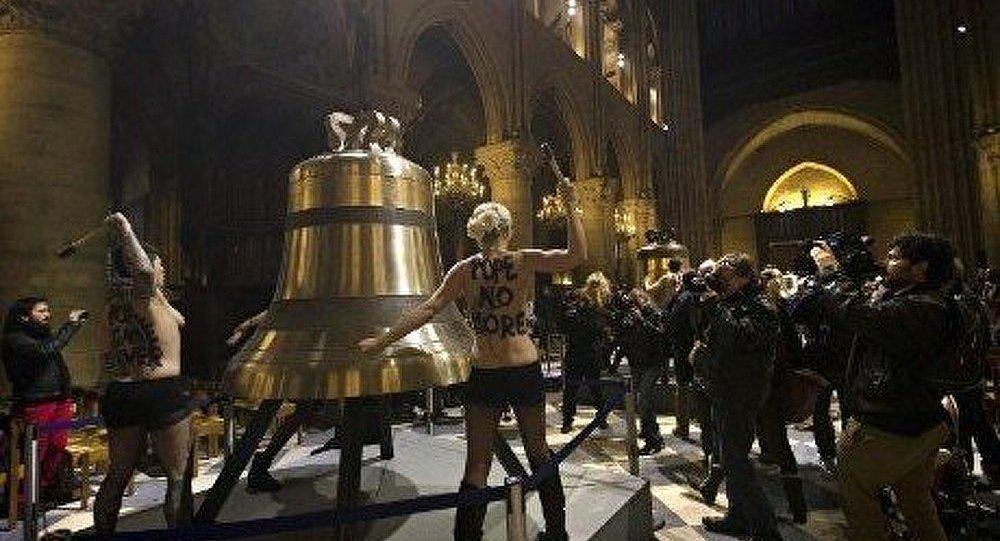 Les FEMEN se dénudent à Paris à l'occasion du départ du pape
