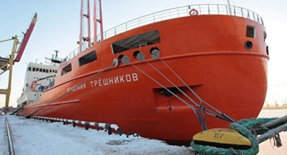 Antarctique : le nouveau brise-glace russe à l'essai
