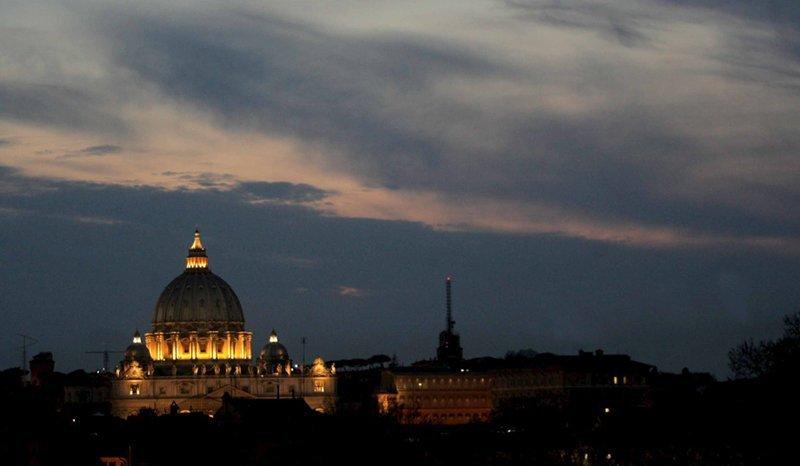 La Cité du Vatican a été créée envertu du Traité du Latran (concordat) conclu entre l'Eglise catholique et l'Etat italien le 11 février 1929. Le pays est situé au sud de l'Europe, sur le territoire de Rome, sur la colline Monte Vaticano, au cœur de la religion et de la culture chrétienne.
