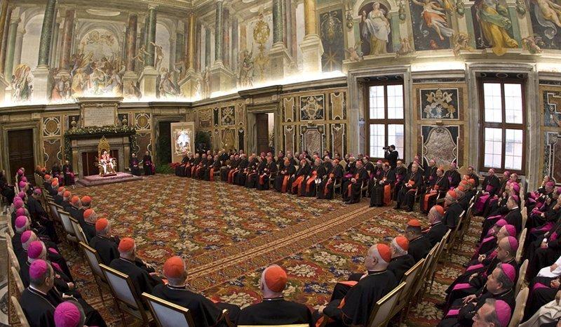 Tout le monde sait que l'Eglise catholique est dirigée par le Pape. Selon la tradition, les cardinaux réunis en conclave élit le nouveau souverain pontife le dix-huitième jour de la réunion. Les noms des papes sont inscrits dans le registre officiel. Actuellement, cette liste contient 263 noms, des Italiens en majorité.