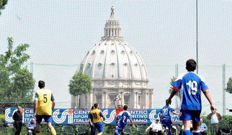 Il n'y a pas d'aéroport au Vatican, juste un héliport et un chemin de fer de 852 mètres reliant la gare située près de la cathédrale de Saint-Pierre au réseau principal italien.
