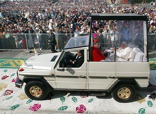 Sur la photo : la papamobile, nom informel de la voiture spécialement conçue pour les visites publiques du pape.